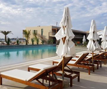 double-tree-by-hilton-hotel-4-estrellas-paracas-ica-peru-piscina-asientos
